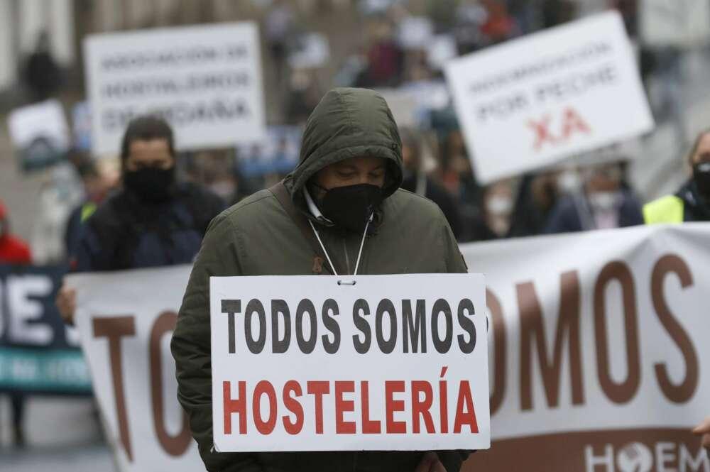 """Los hosteleros gallegos escenifican el """"entierro"""" del sector, cerrado por la pandemia"""