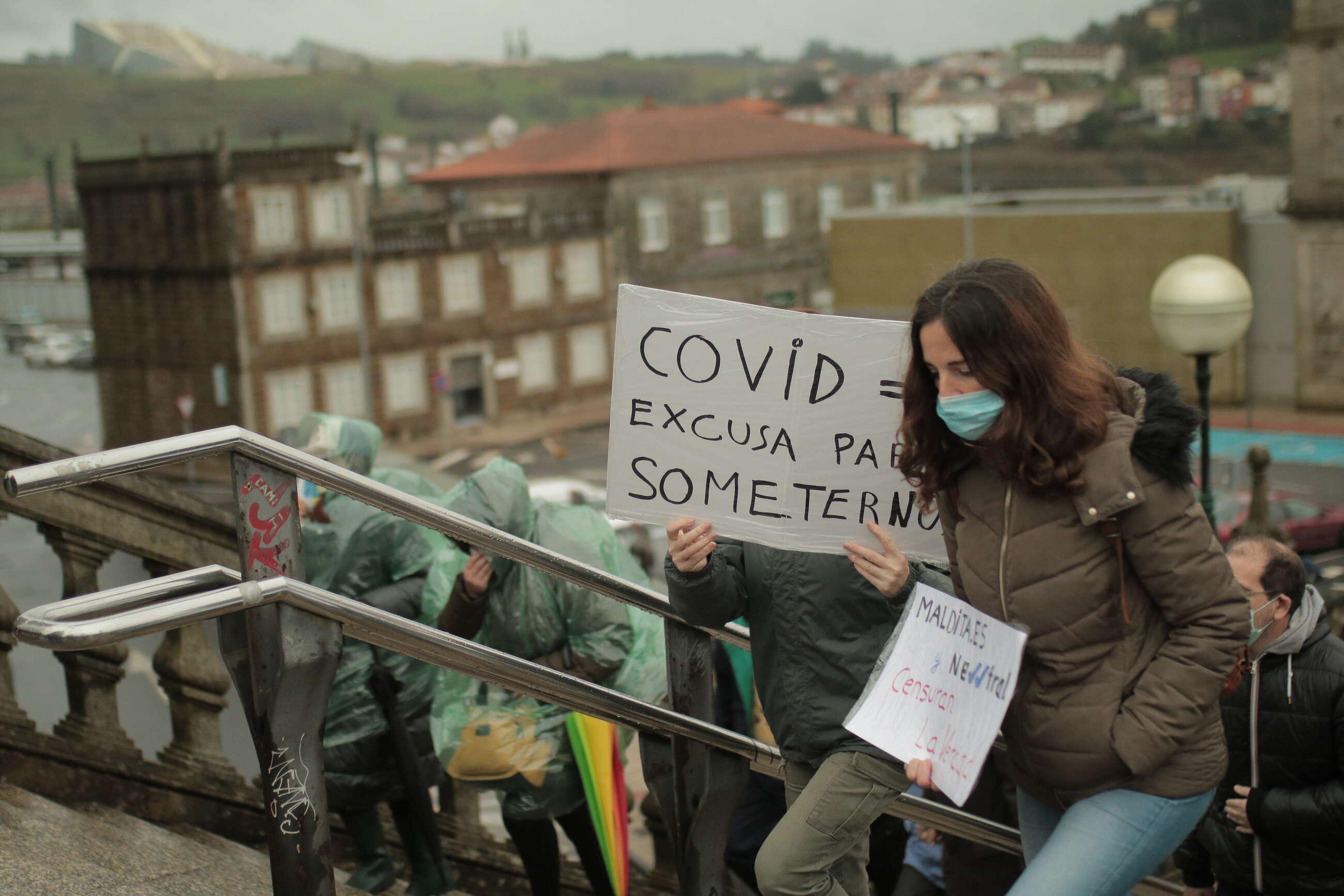Uno de los carteles que portaban los manifestantes de la convocatoria negacionista en Santiago de Compostela // Inés Iglesias