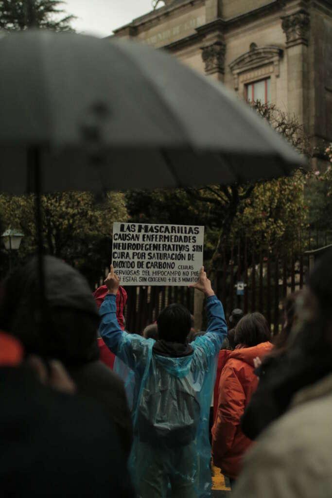 Tensión en Santiago: encontronazos entre la manifestación negacionista y la antifascista