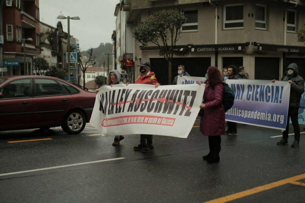La pancarta que iba en la cabecera de la manifestación negacionista de Santiago / Inés Iglesias