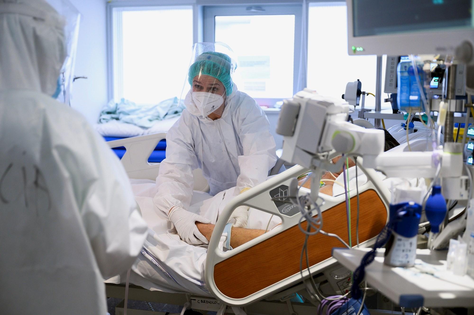 El personal sanitario atiende a un paciente con coronavirus en una de las UCI-Covid