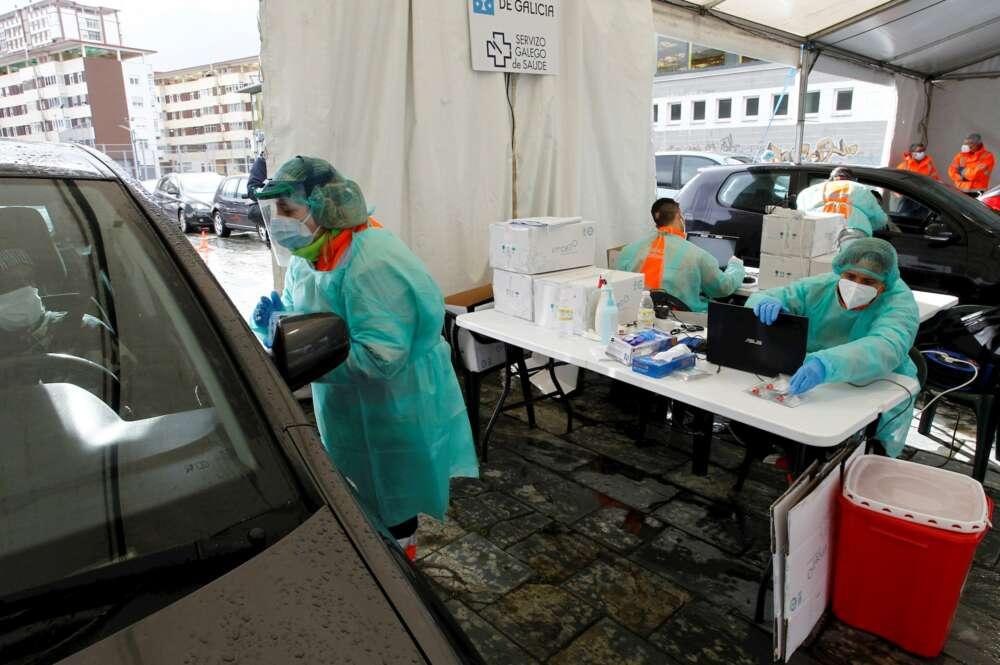 Los sanitarios reparten material para realizar pruebas de coronavirus a los habitantes en sus coches este lunes el municipio de Fene donde comienza el mayor cribado masivo de la pandemia en la comarca de Ferrolterra / EFE