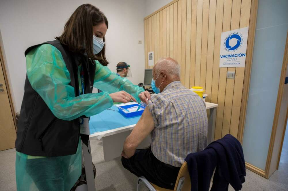 Empieza la campaña de vacunación frente a la Covid-19 en el colectivo de mayores de 80 años en el centro de salud de Milladoiro, en Ames (A Coruña). - ANA VARELA/XUNTA