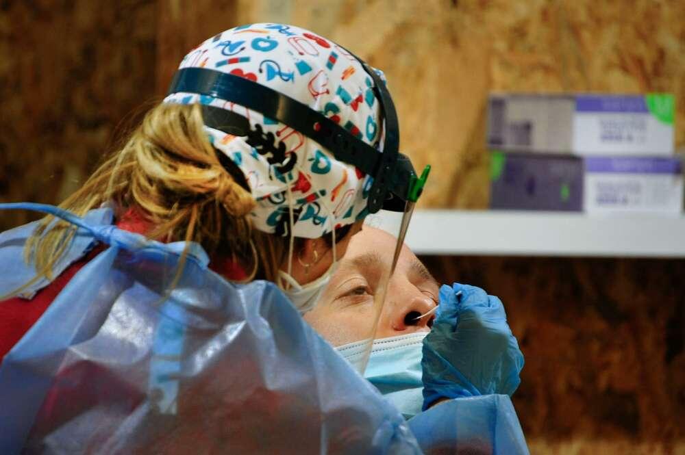 Un hombre participa en un dispositivo de cribado masivo para detectar positivos por coronavirus en Expourense, en Ourense, Galicia (España) - Rosa Veiga - Europa Press