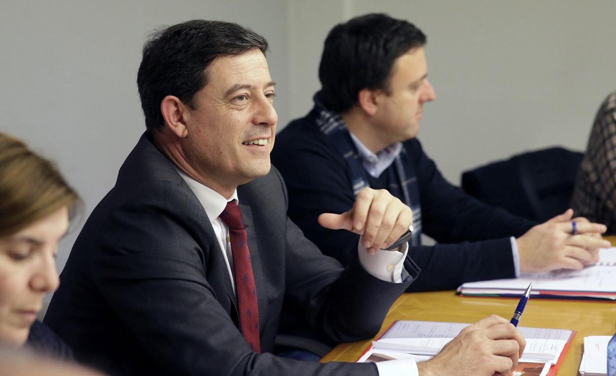 José Ramón Gómez Besteiro en una foto de archivo con Valentín González Formoso al fondo. EFE/Lavandeira Jr.