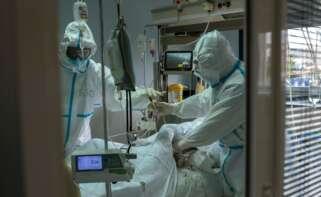 Trabajadores sanitarios atienden a un paciente con coronavirus en la UCI. EFE / Brais Lorenzo/Archivo