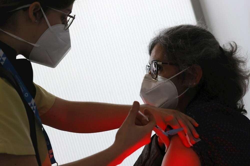 Personal del Servicio Gallego de Salud, en proceso de vacunación EFE/Lavandeira JR