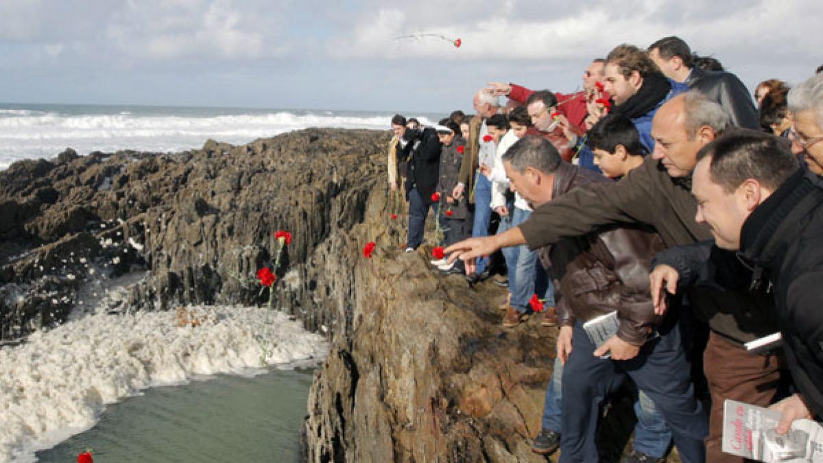 Un centenar de personas arrojan flores al mar en As Furnas en recuerdo de Ramón Sampedro