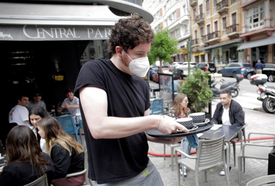 Un camarero sirve un par de cafés en la terraza de una cafetería en A Coruña / EFE