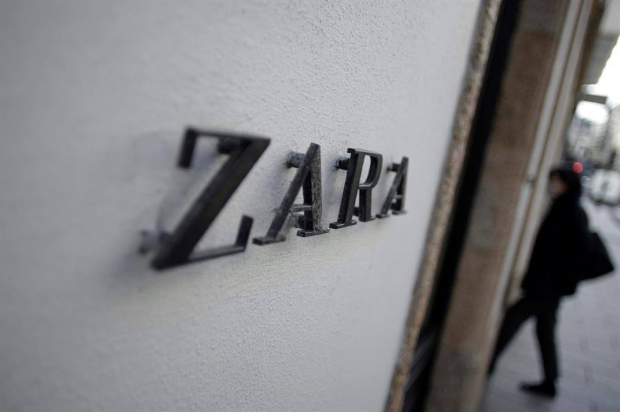 Una mujer entra en una tienda de Zara en A Coruña. EFE/ Cabalar