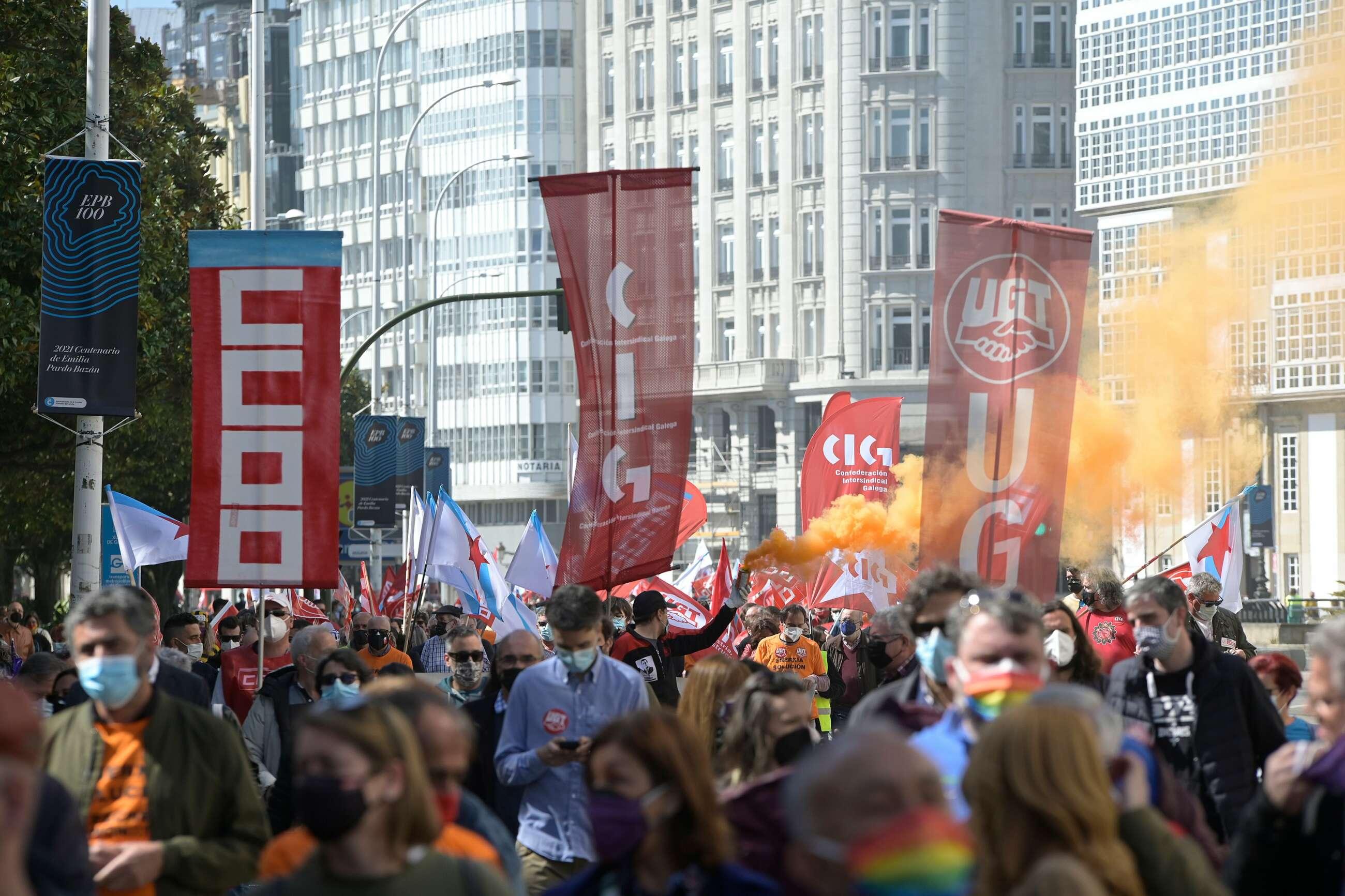 Miles de personas han secundado la manifestación por el futuro de Alu Ibérica en las calles de A Coruña / E.P.