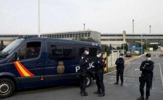 Operativo policial de la UDEF en la planta de Alu Ibérica en A Coruña. EFE/Cabalar