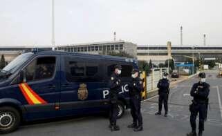 Policía Nacional a las puertas de la factoría Alu Ibérica en A Coruña, antigua planta de Alcoa / EFE (Cabalar)
