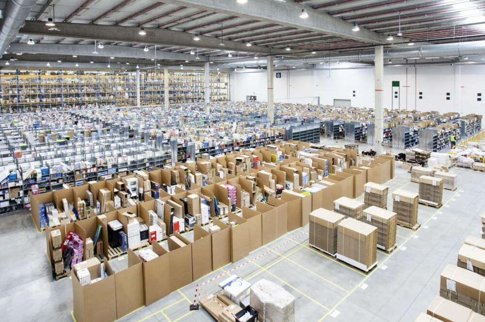 Trabajadores en un centro logístico de Amazon en España / EFE