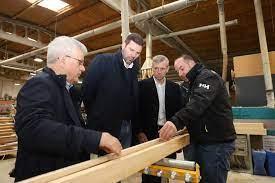 Carpintería Estelar de A Estrada en una visita del vicepresidente de la Xunta, Alfonso Rueda / Xunta