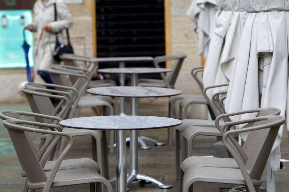 Una terraza de un bar vacía en Vigo. EFE/Salvador Sas/Archivo