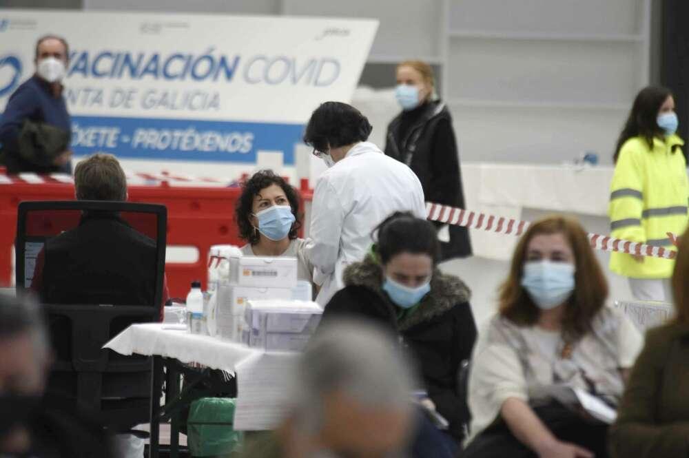 Profesionales sanitarios participan en la primera vacunación masiva llevada a cabo en el Ifevi, en Vigo - EUROPA PRESS