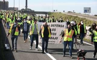 Decenas de trabajadores de la fábrica de Ence se manifiestan por el cierre de la fábrica, en Lourizán, Pontevedra, Galicia (España). Europa Press