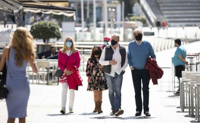 Varias personas pasean por el Paseo Marítimo de Sanxenxo, en Pontevedra, Galicia (España), a 27 de marzo de 2021. El subcomité clínico mantiene el nivel alto de restricciones en el concello de Sanxenxo, lo que conlleva que la hostelería solo puede servir - Beatriz Ciscar - Europa Press