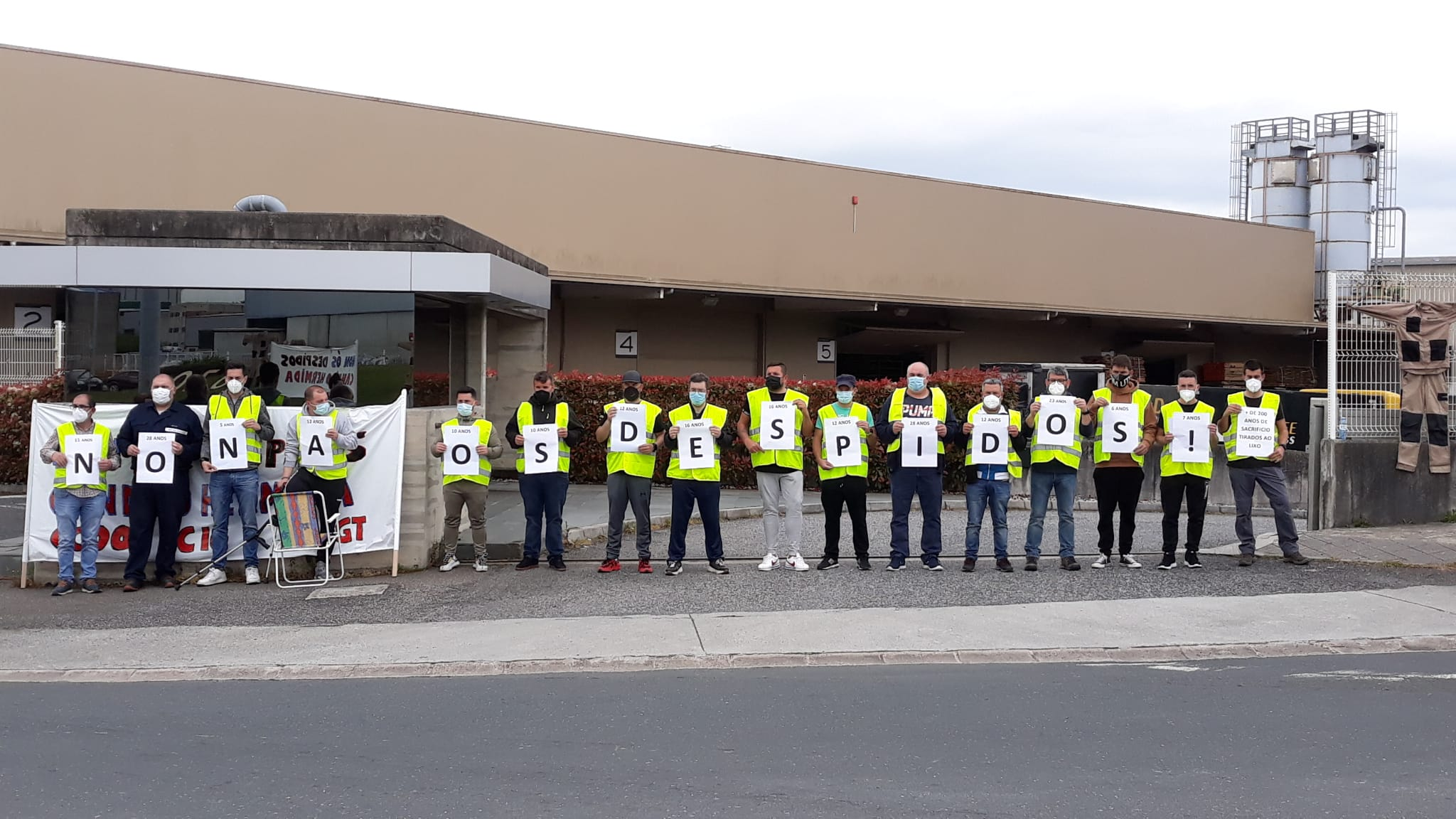 Los trabajadores protestan contra los despidos en Cándido Hermida / CIG