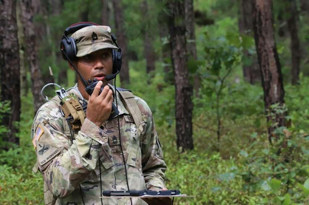 Soldado del ejército americano empleando un transmisor / Jasmyne Douglas/U.S. Army