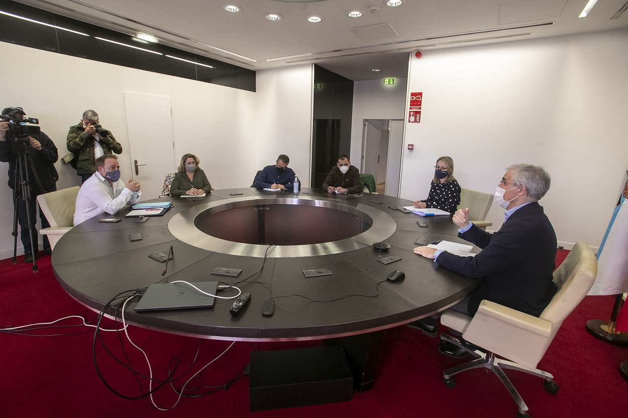 Reunión entre el comité de empresa de Alcoa y el vicepresidente económico de la Xunta, Francisco Conde.