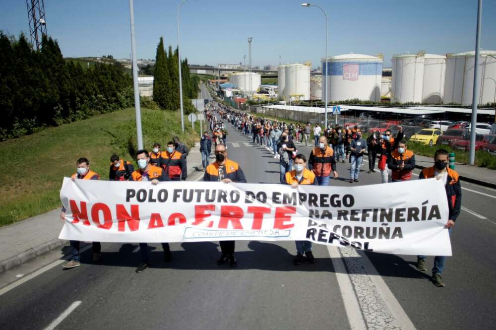 La manifestación contra el ERTE de Repsol congrega a más de 300 personas en A Coruña