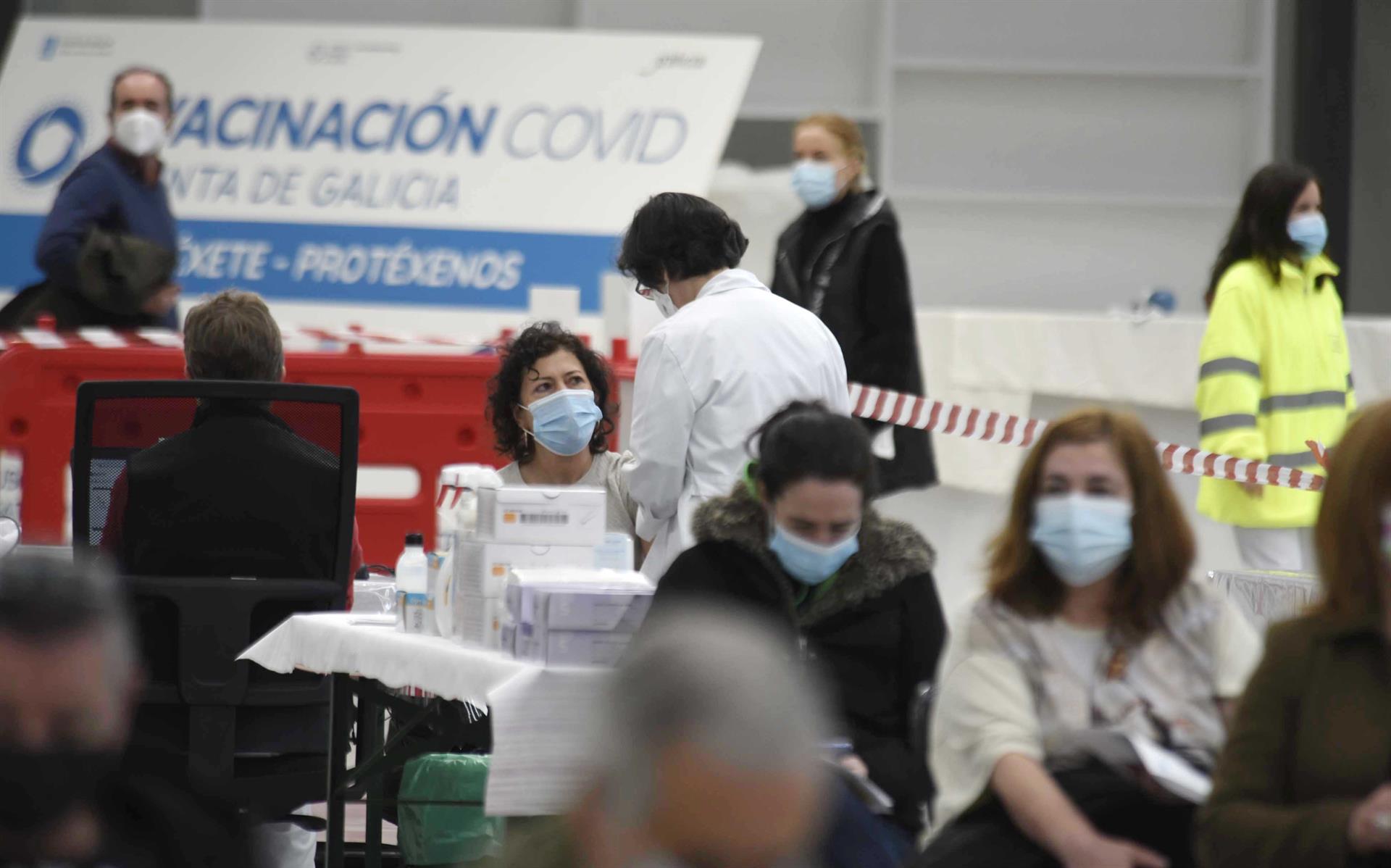 Varias personas esperar para ser vacunadas en el Instituto Ferial de Vigo (Ifevi), en Pontevedra - Europa Press