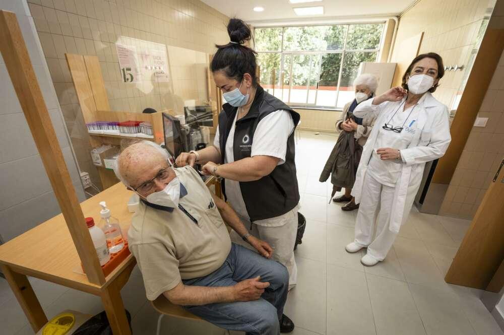 Una sanitaria vacuna a un hombre mayor de 80 años con la dosis de Pfizer en el ambulatorio Virgen Peregrina, en Pontevedra - Beatriz Ciscar - Europa Press