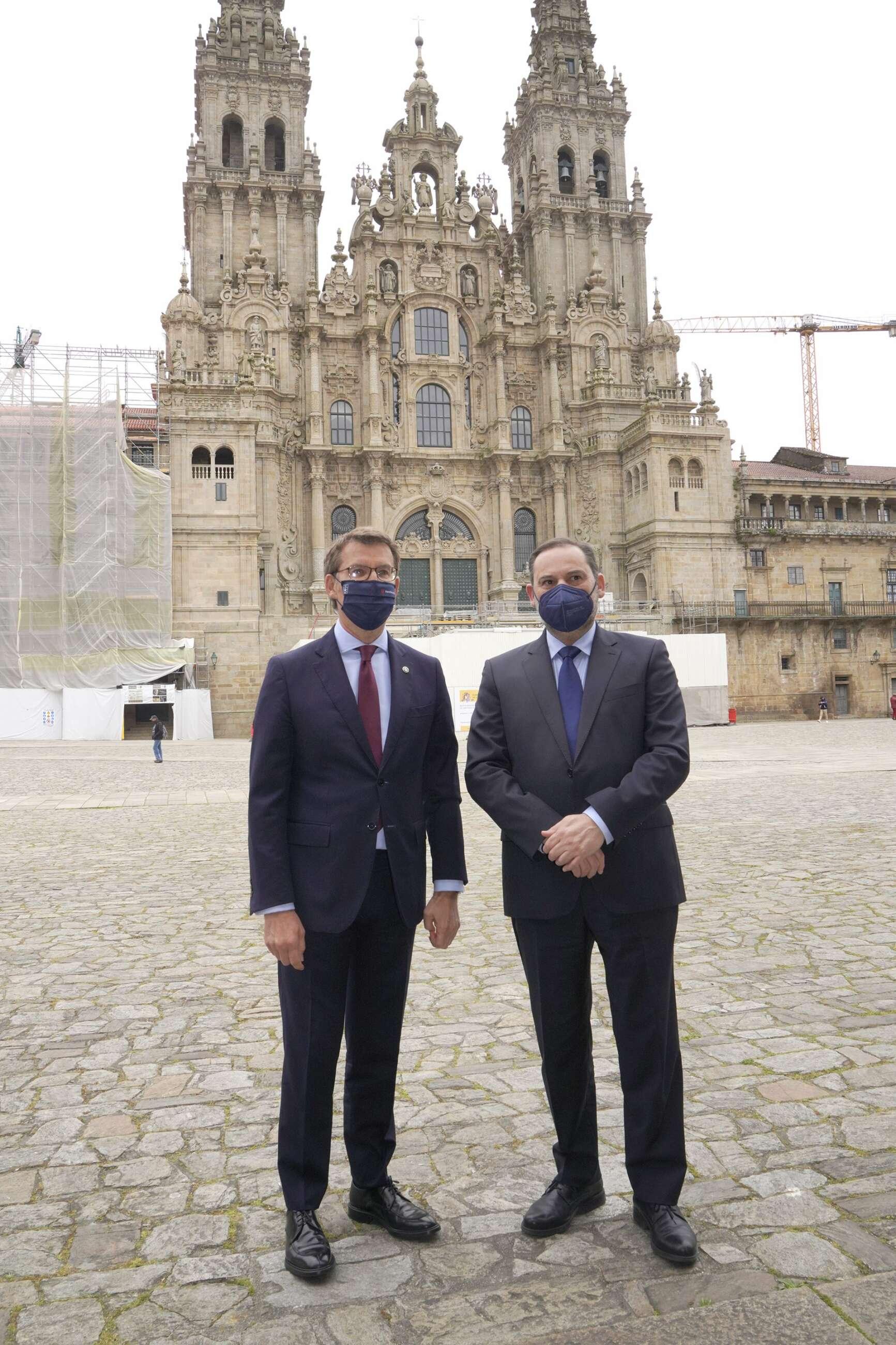 El presidente de la Xunta, Alberto Núñez Feijóo (i), y el ministro de Transportes, José Luis Ábalos, posan en una fotografía ante la Catedral de Santiago de Compostela antes de comenzar una reunión entre ambos mandatarios, a 9 de abril de 2021. - Álvaro Ballesteros - Europa Press