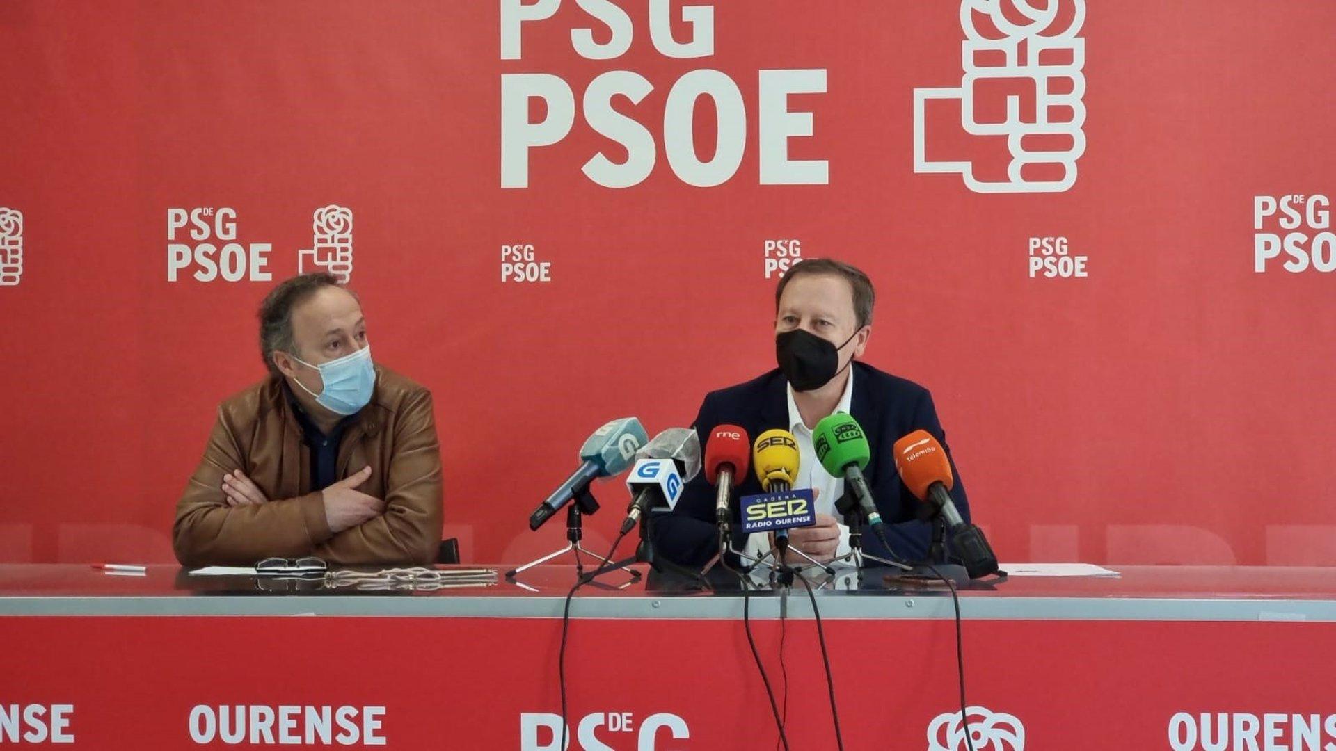El secretario de Organización del PSOE ourensano, Juan Carlos Francisco Rivera, y el portavoz municipal y líder provincial, Rafael Rodríguez Villarino, en la rueda de prensa - PSDEG