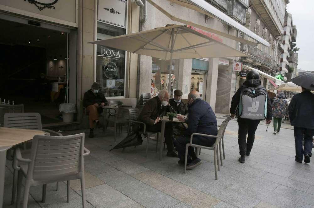 Varias personas en una terraza, el día en que entran en vigor nuevas medidas en la hostelería, en Vigo, Pontevedra, Galicia, (España). La Xunta ha decretado desde este viernes a las 00.00 el paso de la ciudad de Vigo a nivel medio debido a la crisis del C - Europa Press