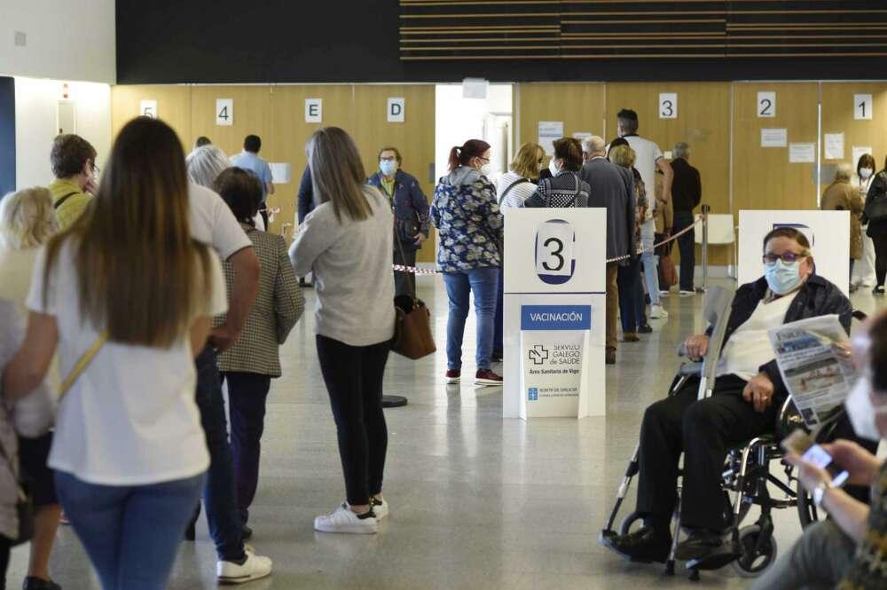 Personas mayores de 80 años, policías, bomberos y profesores esperan para ser vacunados con la dosis de Moderna y AstraZeneca respectivamente, en el hospital Álvaro Cunqueiro de Vigo, en Vigo, Pontevedra, Galicia (España), - Europa Press
