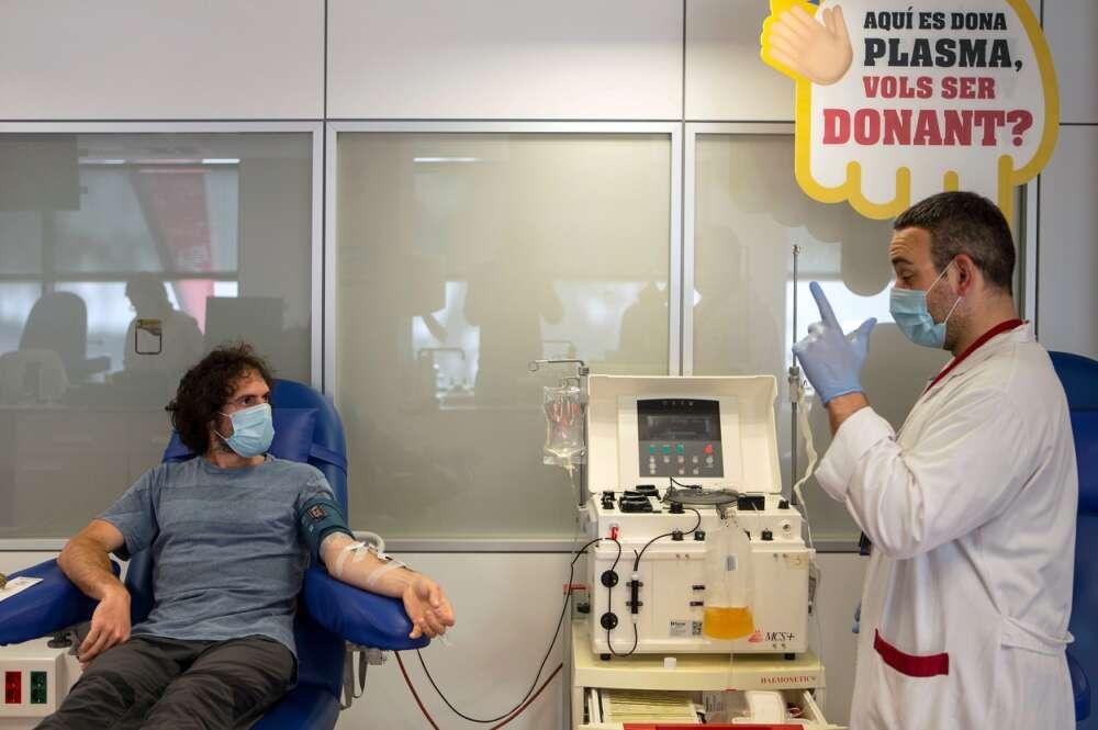Un paciente recuperado de Covid-19 se somete a una extracción de plasma convaleciente que se usará para un estudio que realiza el hospital Vall d'Hebrón con la empresa Grifols. EFE/ Enric Fontcuberta