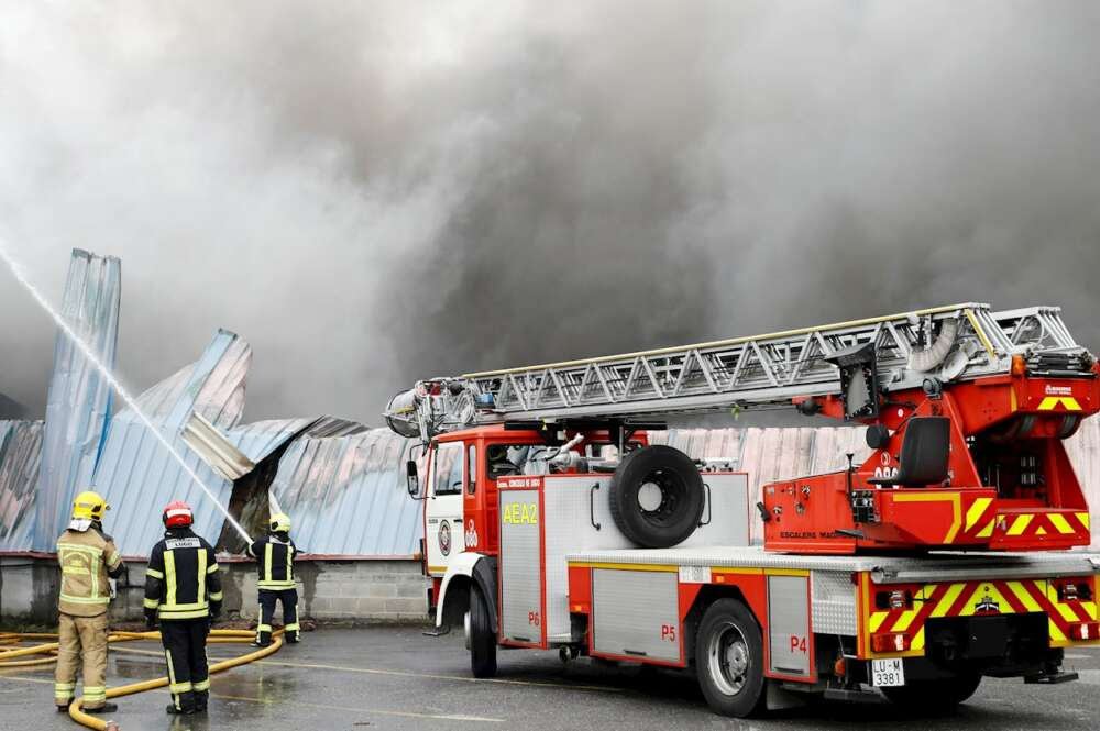 Incendio declarado en el polígono de O Ceao. EFE/Eliseo Trigo