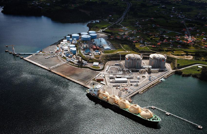La terminal de graneles líquidos del puerto de Ferrol, con Reganosa a un lado y Forestal del Atlántico al otro / Autoridade Portuaria de Ferrol San Cibrao