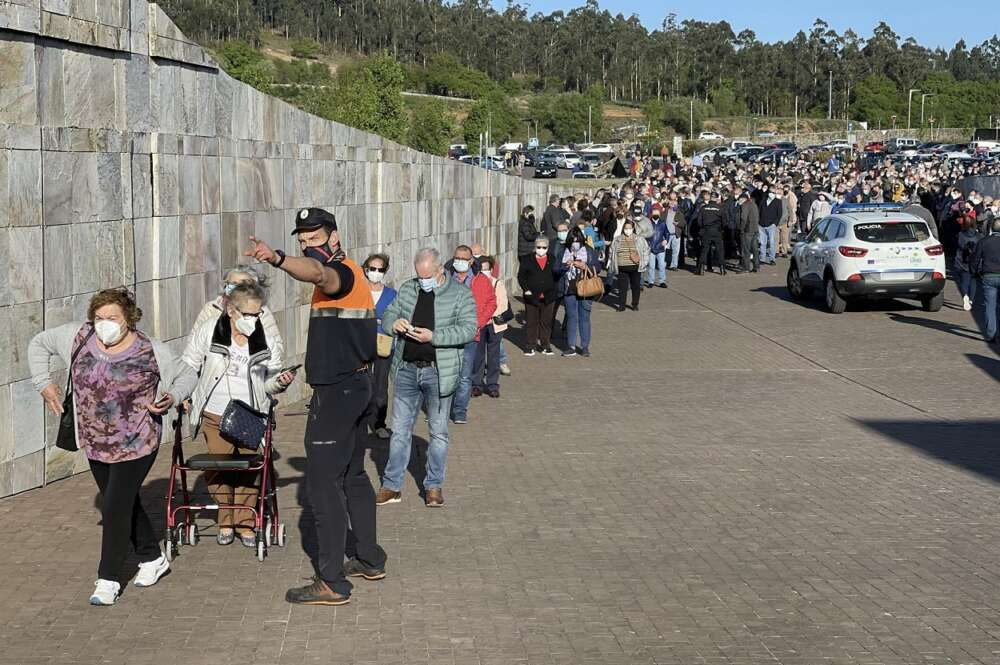Una larga fila de personas se aglomera en la vacunación masiva de Santiago de Compostela a 6 de abril de 2021. Foto: Europa Press