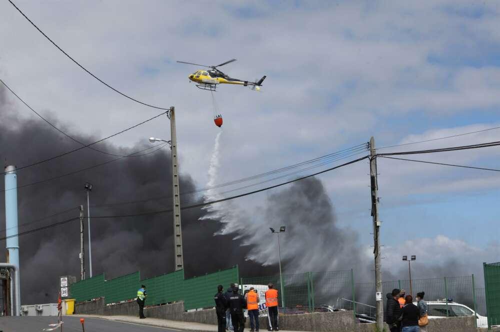 Los bomberos enfrían el área del incendio de Jealsa que ha calcinado 11.000 metros cuadrados