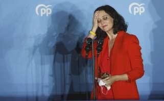 La presidenta de la Comunidad de Madrid y candidata por el Partido Popular a la reelección, Isabel Díaz Ayuso, en el balcón de la sede del partido en la calle Génova, al conocer los resultados electorales tras los comicios autonómicos madrileños. EFE/Mariscal