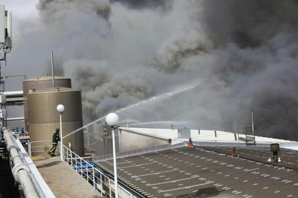 Incendio en Jealsa: los bomberos tratan de mantener las llamas lejos de los depósitos de amoníaco