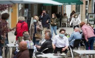 Varias personas, en la terraza de un bar a 9 de mayo de 2021, en Ribadeo, Lugo, Galicia (España). El segundo estado de alarma impuesto por el Gobierno de España para frenar la pandemia del coronavirus ha finalizado a las 00:00 horas de este domingo y tras - Carlos Castro - Europa Press
