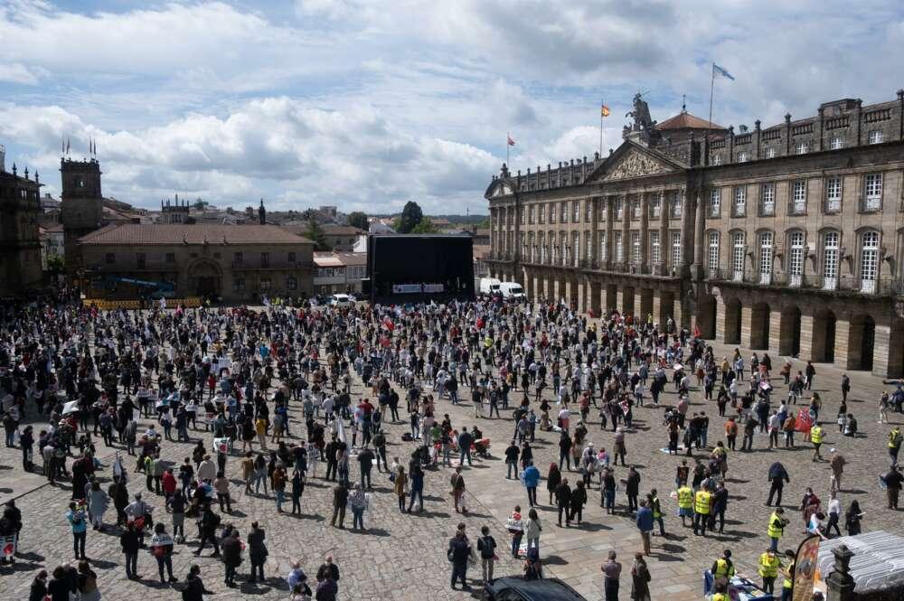 Miles de personas protestan en el Obradoiro contra la política lingüística de Feijóo