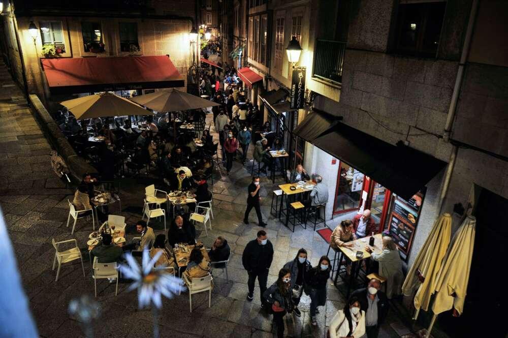 Varias personas en terrazas de bares, en la Rúa dos Fornos, a 22 de mayo de 2021, en Ourense, Galicia (España). Este viernes por la tarde el Diario Oficial de Galicia (DOG) actualizó las medidas de la Xunta para la 'desescalada' gallega y permitió que los - Rosa Veiga