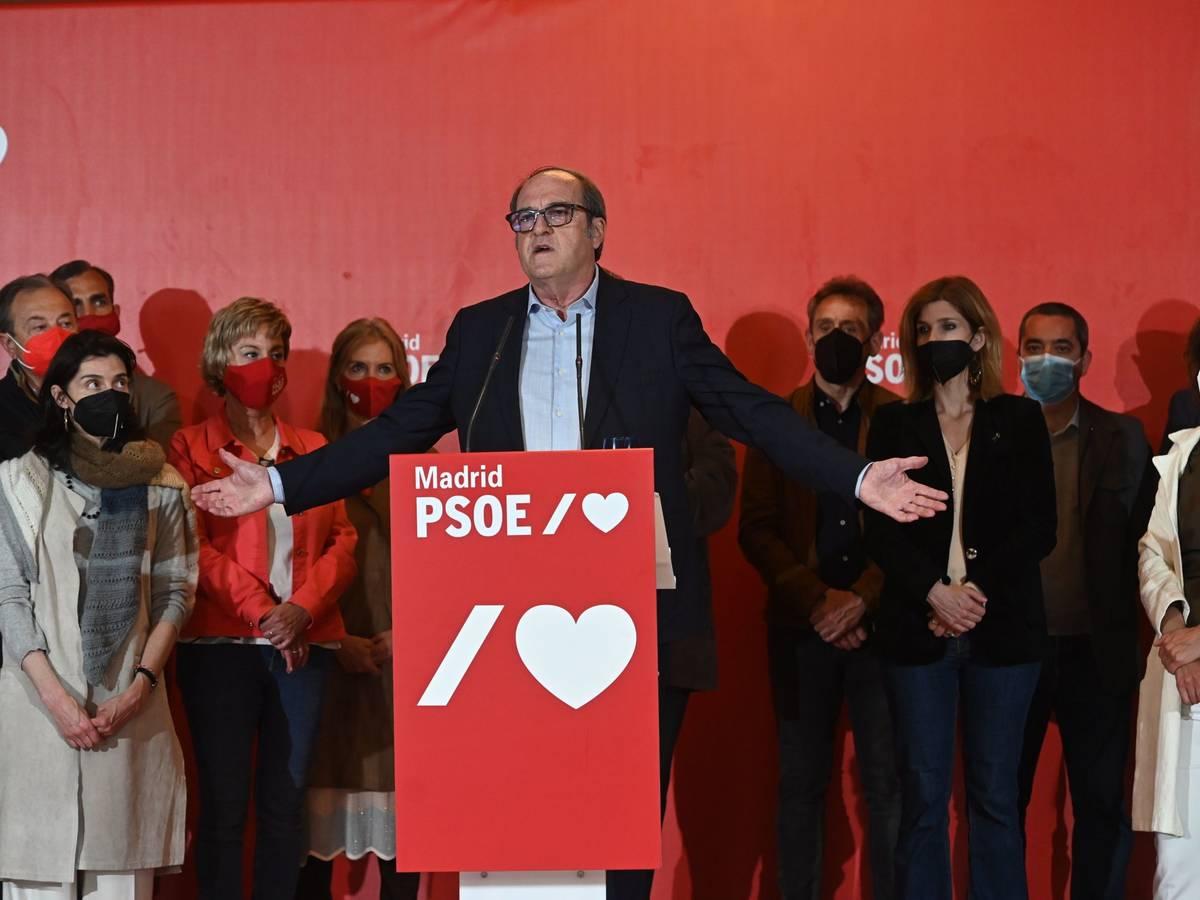 Ángel Gabilondo, candidato del PSOE a la Comunidad de Madrid, comparece la noche electoral después de que su partido quedara relegado a la tercera fuerza política del Parlamento madrileño / EFE