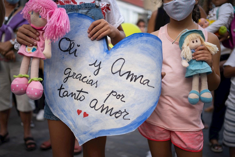 Un millar de personas se concentra en la plaza de La Candelaria de Santa Cruz de Tenerife como repulsa por la muerte de la niña Olivia. EFE/Ramón de la Rocha