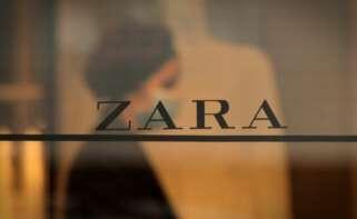 Una trabajadora de la emblemática tienda de Zara en la calle Juan Flórez de A Coruña, la primera abierta por el fundador de Inditex, Amancio Ortega. EFE/Cabalar