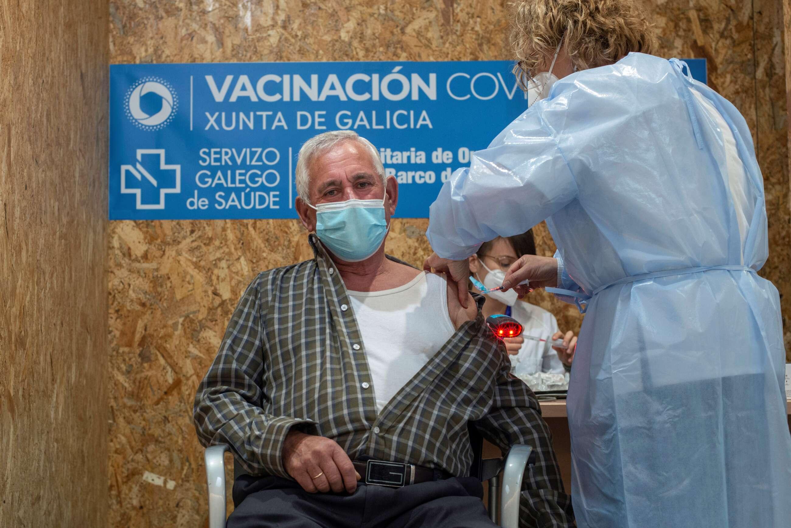 Galicia pone fecha a la tercera dosis de la vacuna para los mayores de 70 años