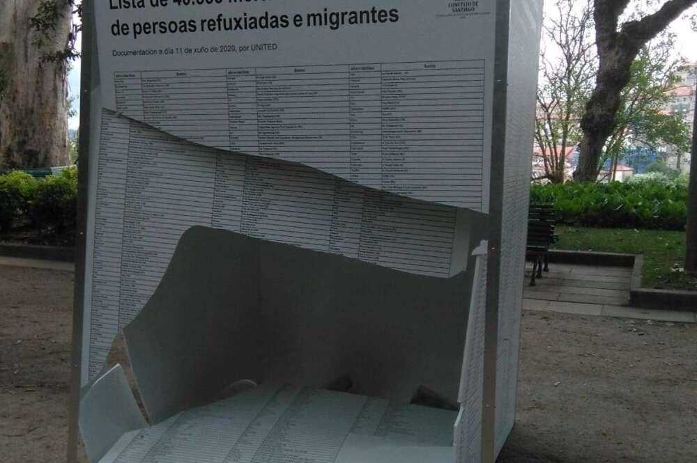 Uno de los paneles destrozados en la exposición de la Alameda de Santiago / Concello de Santiago