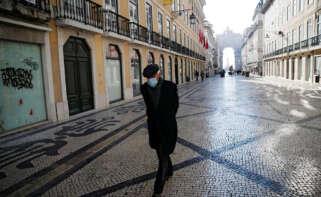 Un ciudadano con mascarilla pasea por Lisboa / EFE