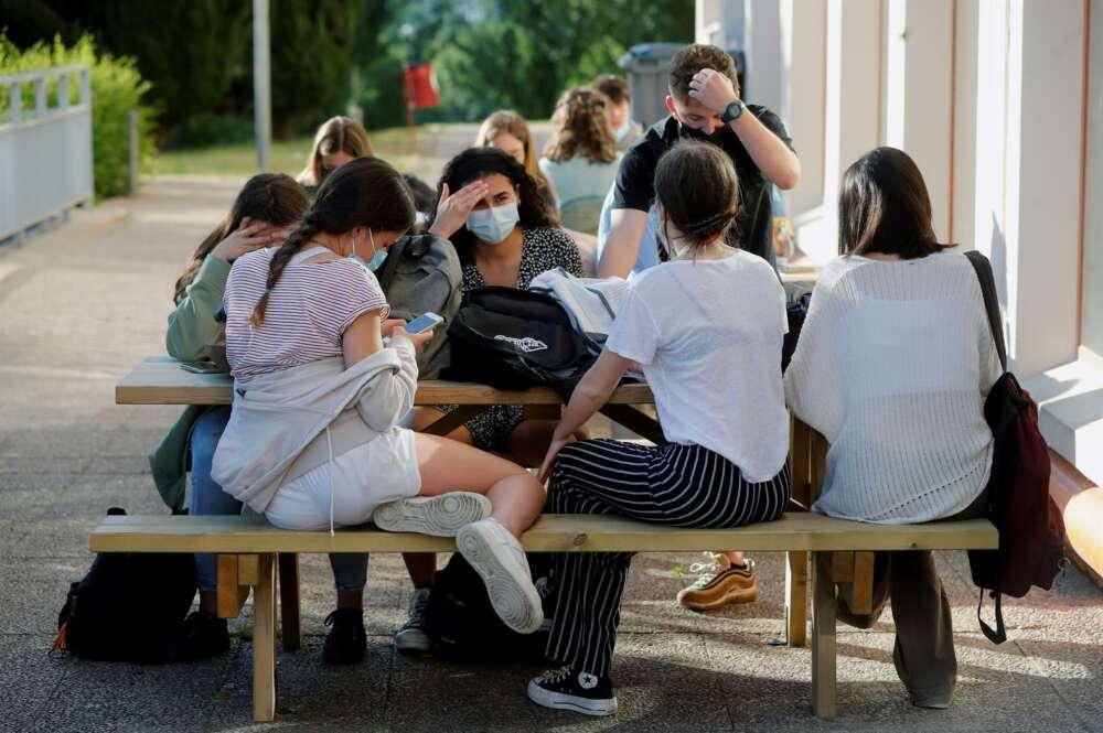 """Feijóo llama a la """"prudencia"""" de los jóvenes ante un verano """"de restricciones"""""""